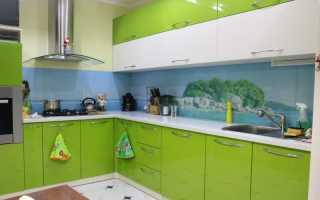 Кухня в бело-зелёных тонах
